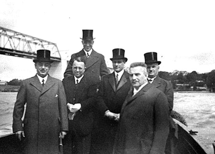 Ved indvielsen af den gamle Lillebæltsbro den 14. maj 1935 ses her de ledende herrer bag projektet. Nummer tre fra højre er Alfred Raffel. FOTO: RAFFEL & CO