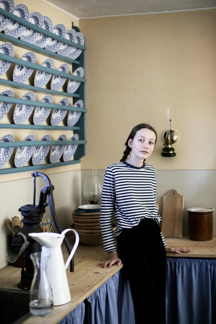 Maja i sit eget tøj, før hun skifter til kostume. Hun er ved at vokse ud af de gamle kjoler, skørterne bliver for korte. Og det går ikke, for i 1864 var det usømmeligt at vise ankler. Foto: Tor Birk Trads
