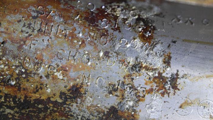 Det originale serienummer kan stadig ses på den rustne raket. Foto: Bezos Expeditions