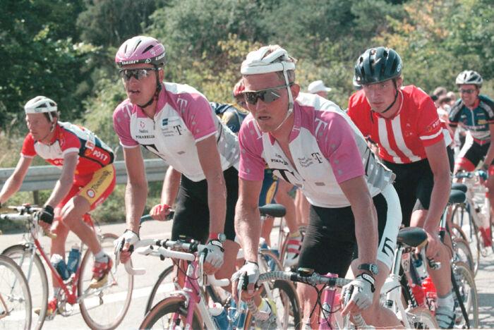 Telekom's danskere Bjarne Riis og Brian Holm sidder i feltet på vej mod København på søndagens sidste etape i cykelløbet Danmark Rundt i 1997. Foto: Jens Nørgaard Larsen/NORDFOTO