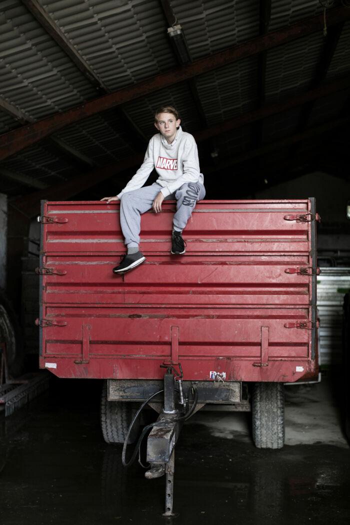 Simons tid på gården er slut, og han skal gå i 9. klasse på en almindelig skole.