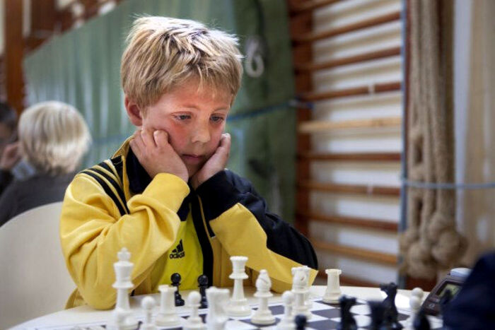 Jonas var allerede skrap til skak som otteårig. Året efter kunne han vinde over sin far. Foto: Privatfoto