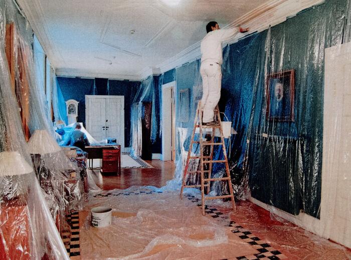 Forværelset, hvor manuskripter afleveres, gæster modtages, under renovering i 2006. Højtideligt som altid.