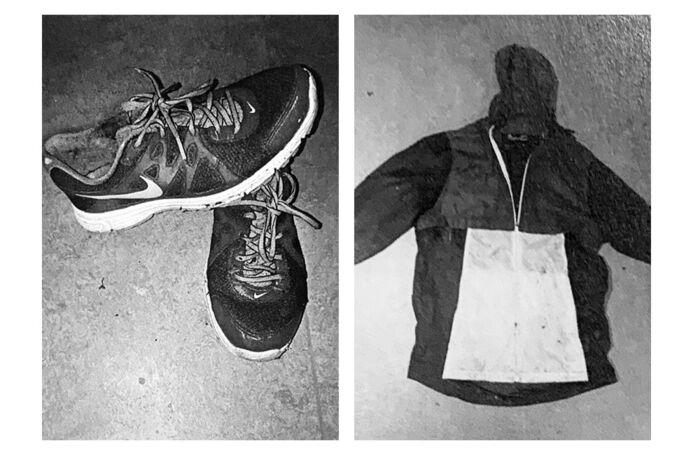 Politiets fotos af mandens tøj, som blev fundet i skoven. Skoene er størrelse 42 og beskidte af jord indvendig.