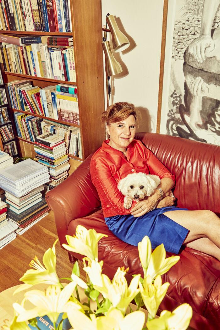 Marianne Stidsen skriver alle sine tekster i sofaen. Lige nu er hun ved at færdiggøre en ny bog, der udkommer til efteråret. Den handler om, hvordan LGBT+, Black Lives Matter og MeToo-bevægelsen ifølge hende »samarbejder om at omstyrte samfundet«. Foto: Niels Christensen