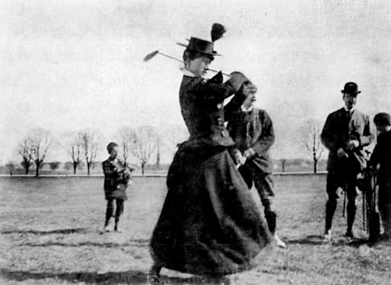 En kvindelig golfspiller svinger køllen på Eremitagesletten omkring år 1900. FOTO FRA BOGEN