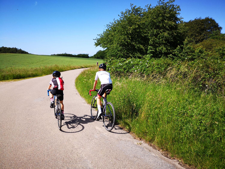 Andreas og Marius hopper selv i cykelsadlen enten før eller efter etaperne.
