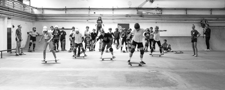 Alle kan have brug for støtte. I Skateducate mødes piger og kvinder fra 11 år og op til 30rne. Fotos: Henriette Klausen, lebaf.dk