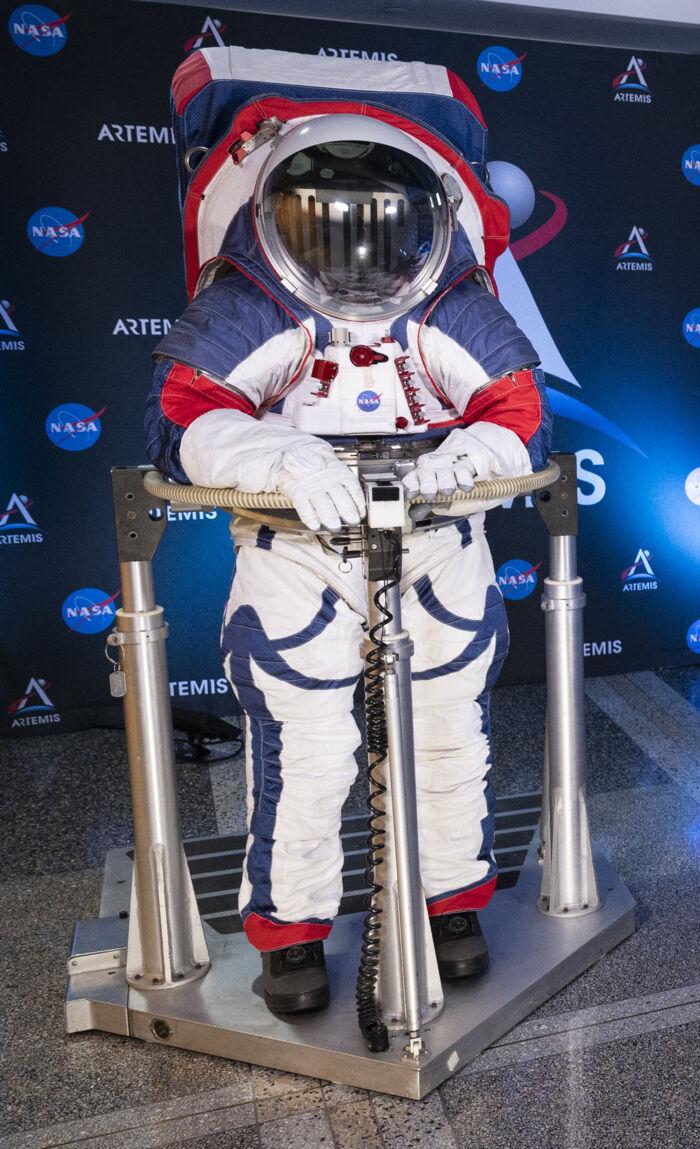 Prototype af den nye dragt, som det formentlig vil ende med at koste syv milliarder kroner at udvikle. Foto: NASA, Joel Kowsky, Scanpix